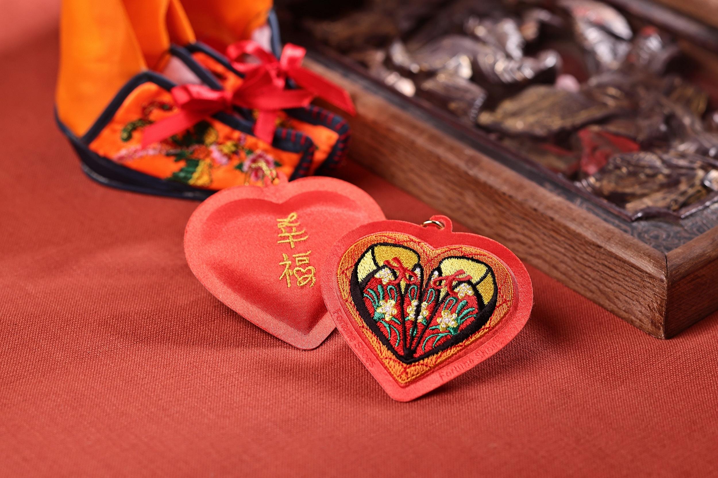 圖1_台北霞海城隍廟與一卡通聯名推城隍夫人幸福鞋香包一卡通